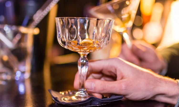 サシ飲みに誘われた!男性自身の意図や断り方について解説