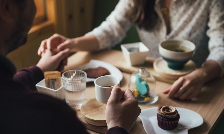 デートへの誘い方 中高年世代が知るべき「女性を食事に誘う方法」をチェック